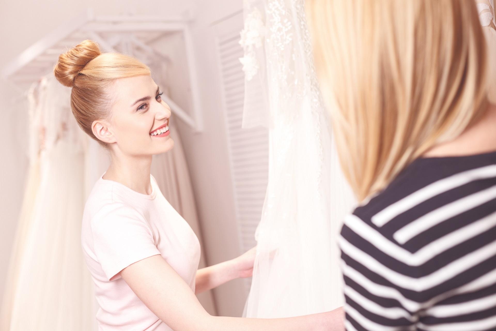 Panna młoda wybiera sukienkę ślubną z wedding planerem