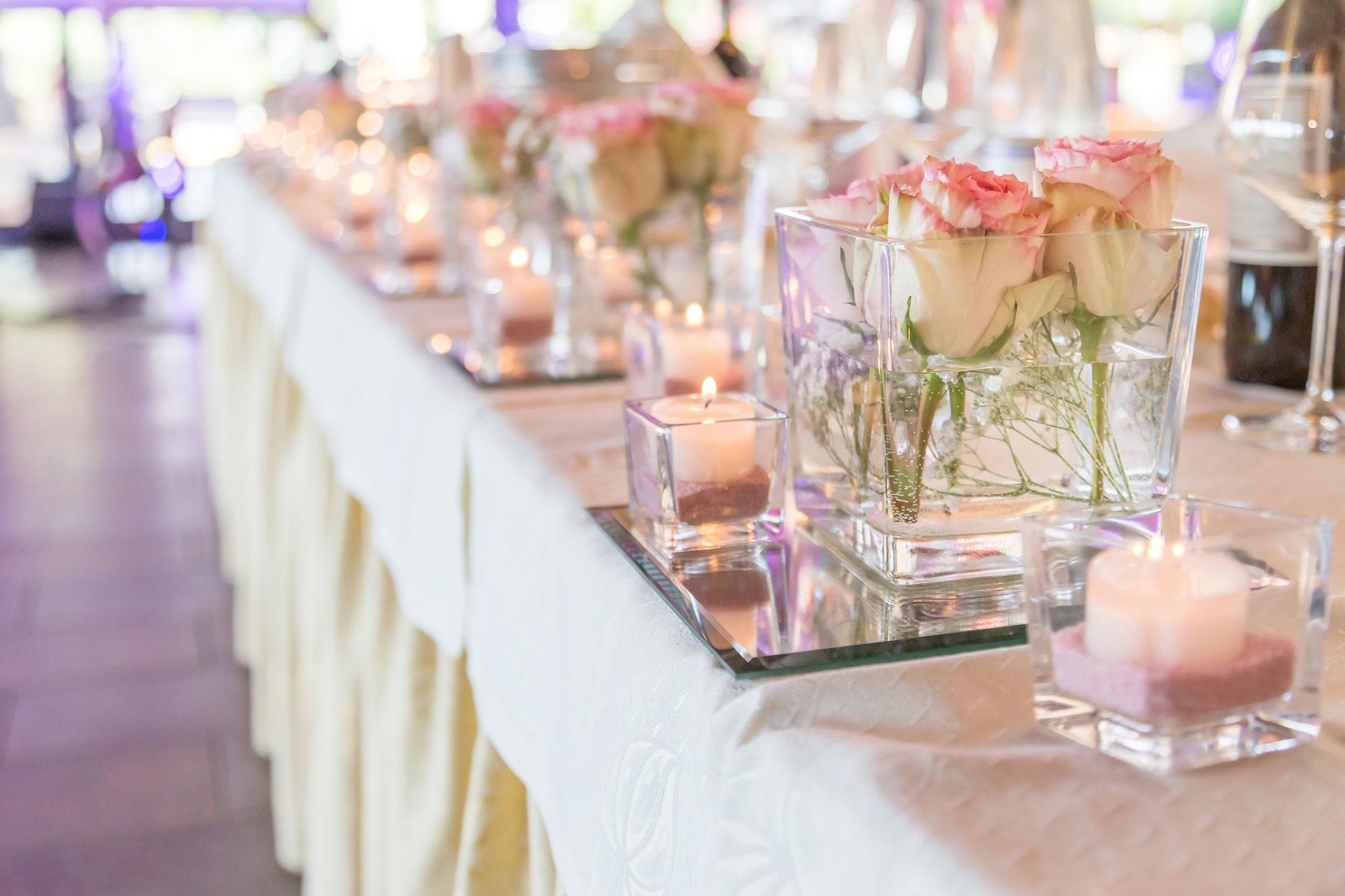 Pięknie przystrojona sala weselna z kwiatami i świecami