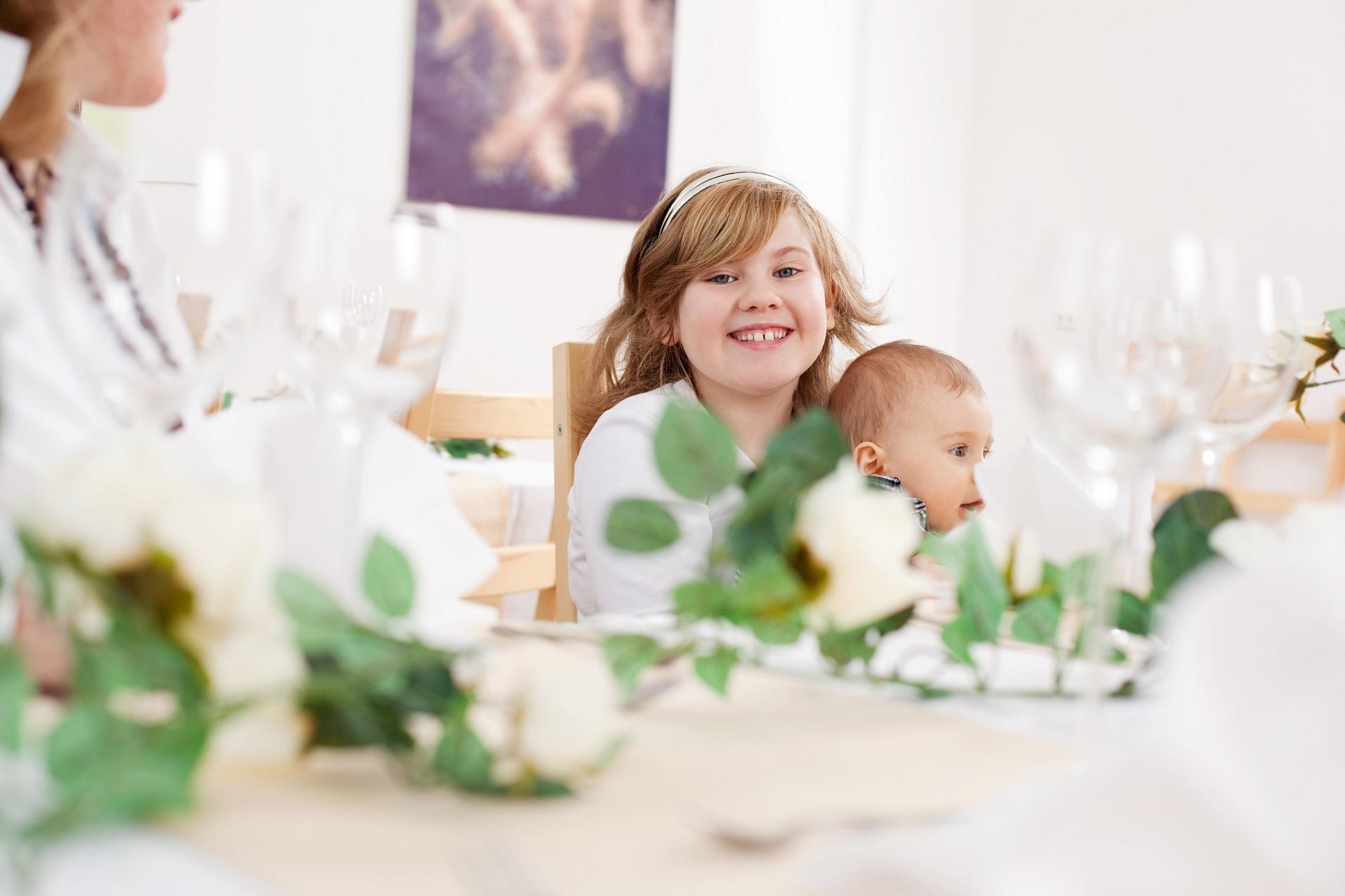 dzieci na przyjęciu weselnym