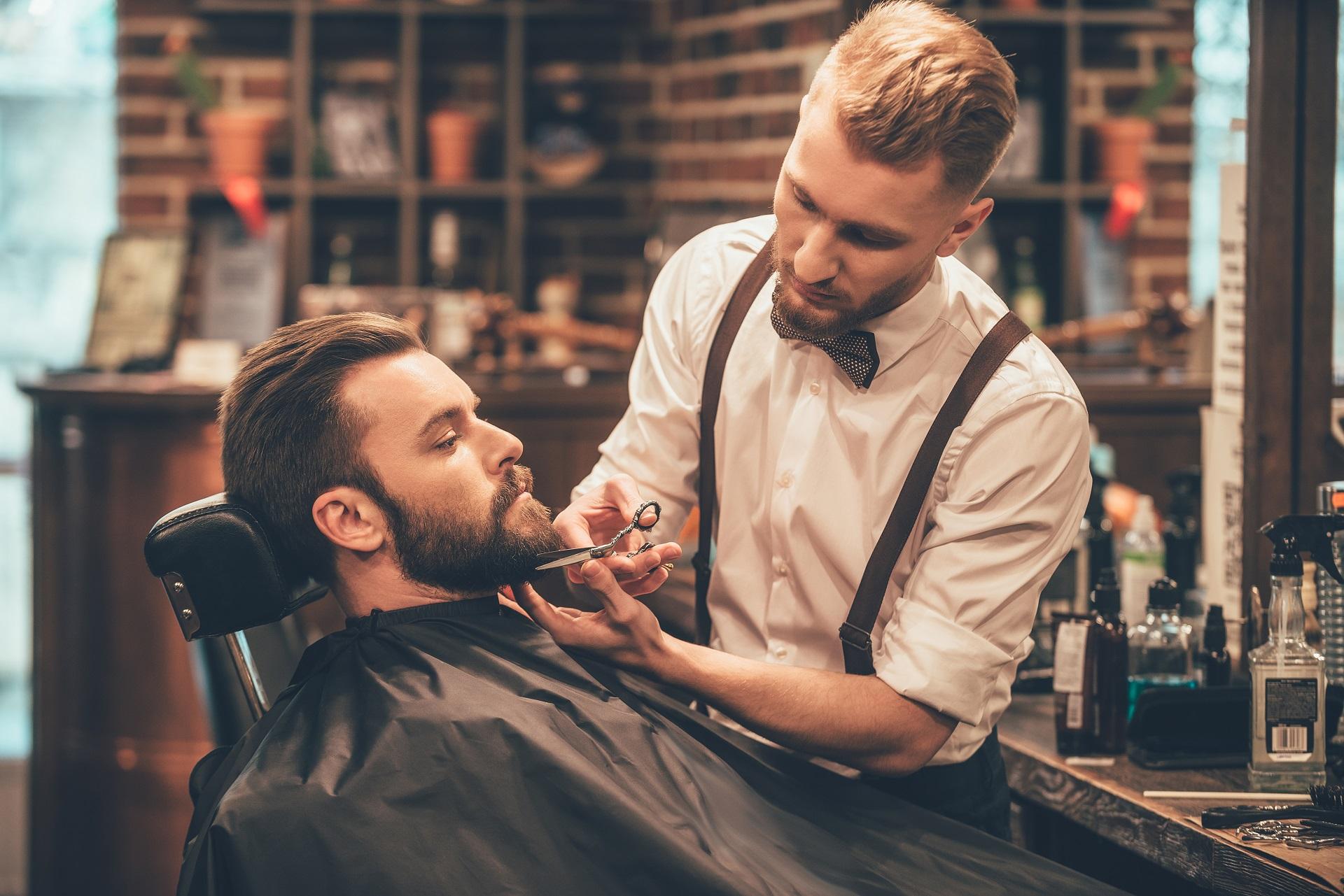 mężczyzna w barber shop przed ślubem