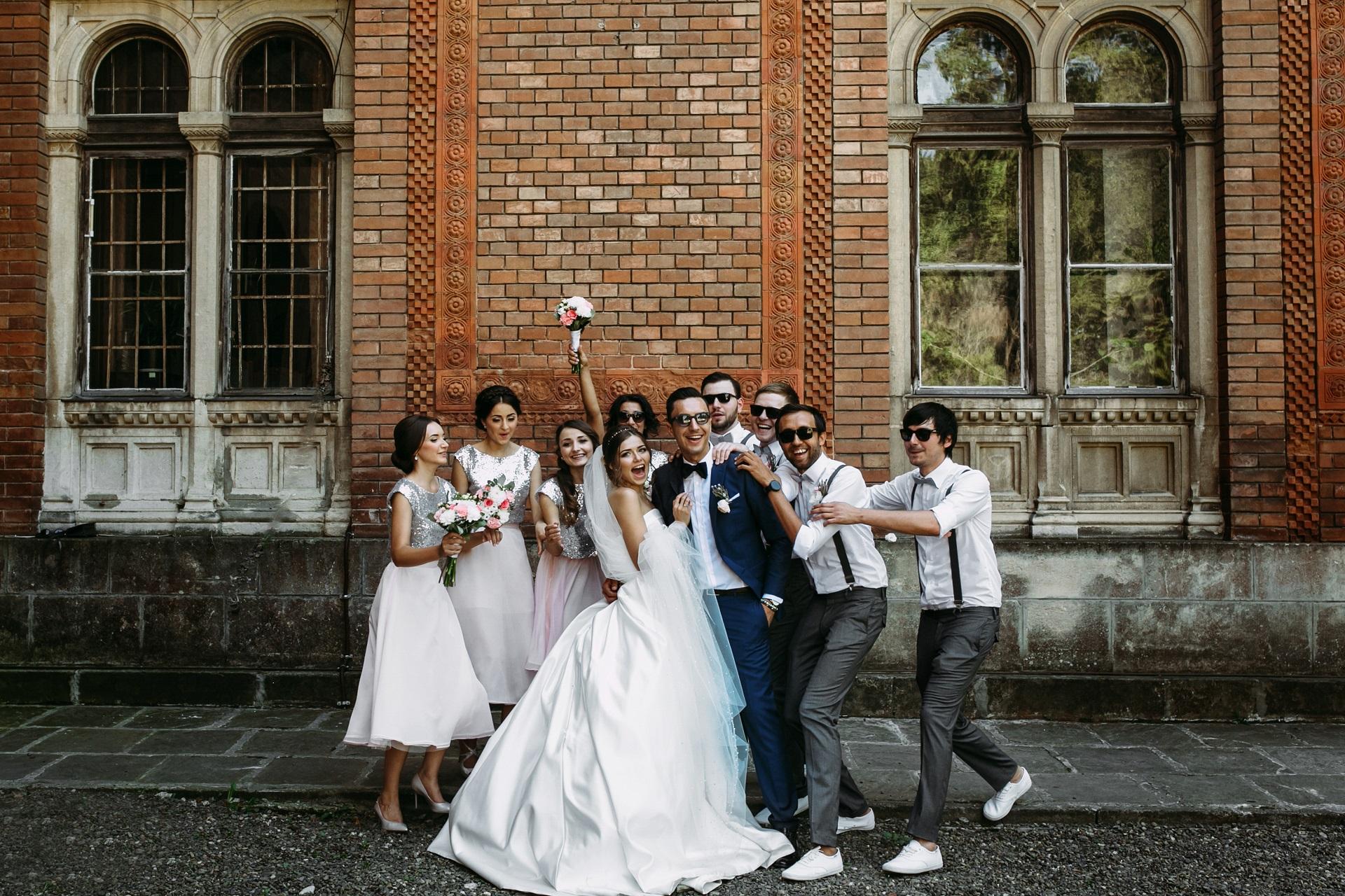 zdjęcie ze świadkami, zdjęcie ze ślubu, zdjęcie z drużbą , zdjęcie z druhenką, fotografia ślubna