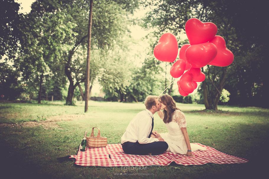 Para na kocu w parku, całująca się para na kocyku, sesja plenerowa Pary Młodej , sesja Pary Młodej w Parku, Panna Młoda z balonami