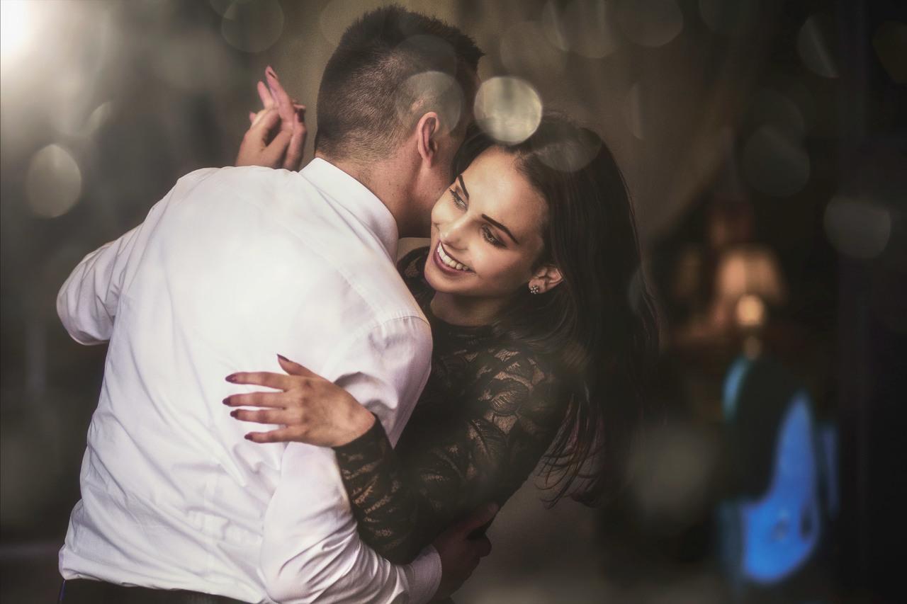 tańcząca para , tańcząca Para na weselu, uśmiechnięta Para podczas tańca