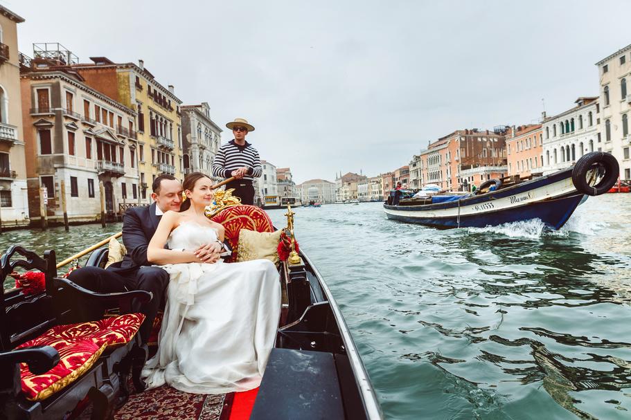 para młoda na sesji zdjęciowej, para młoda w Wenecji, para młoda nad wodą, sesja ślubna pary młodej