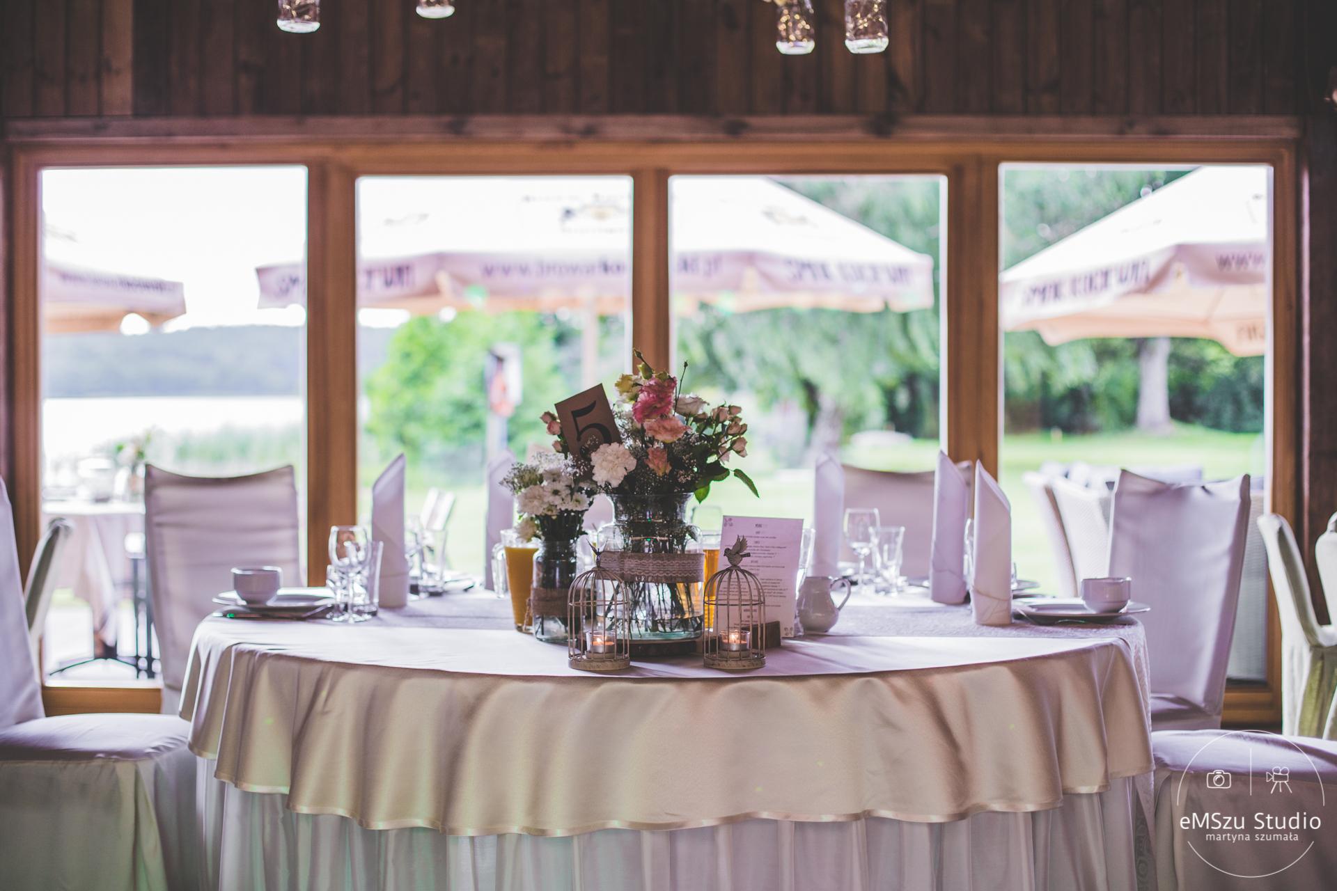 sala weselna, wystrój sali weselnej, okrągłe stoły na weselu, dekoracje weselne, dekoracje sali weselnej