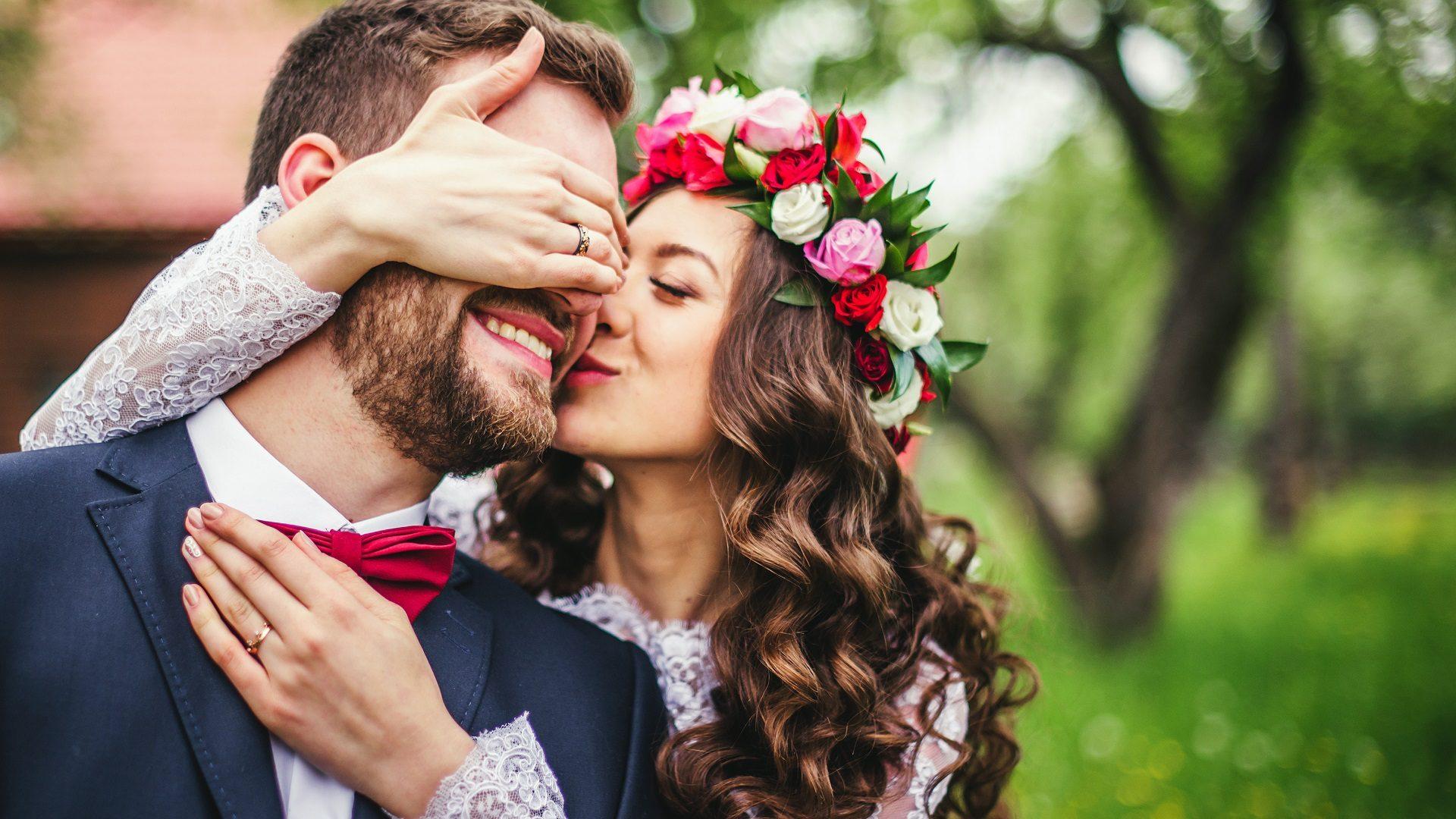 Młoda para, ślub w stylu boho, wianek na głowie , kwiaty we włosach , wesele
