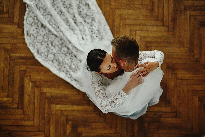 Tańcząca Para Młoda, Para Młoda na weselu, przytulająca się Para Młoda