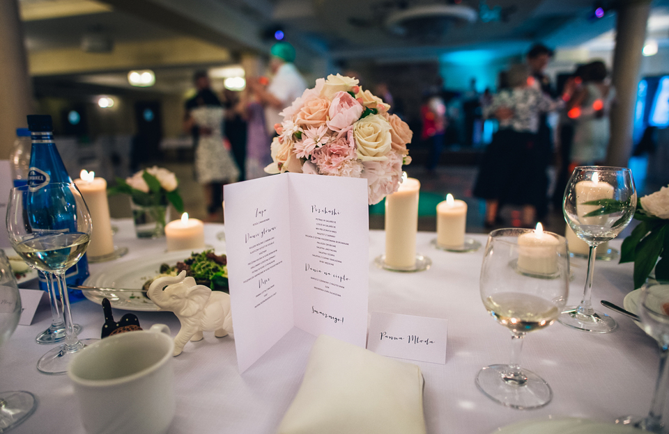 Dekoracje sali weselnej ,kwiaty na weselu, stół Państwa Młodych