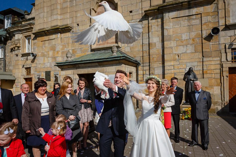 Para Młoda przed kościołem, Para Młoda puszczająca gołębie