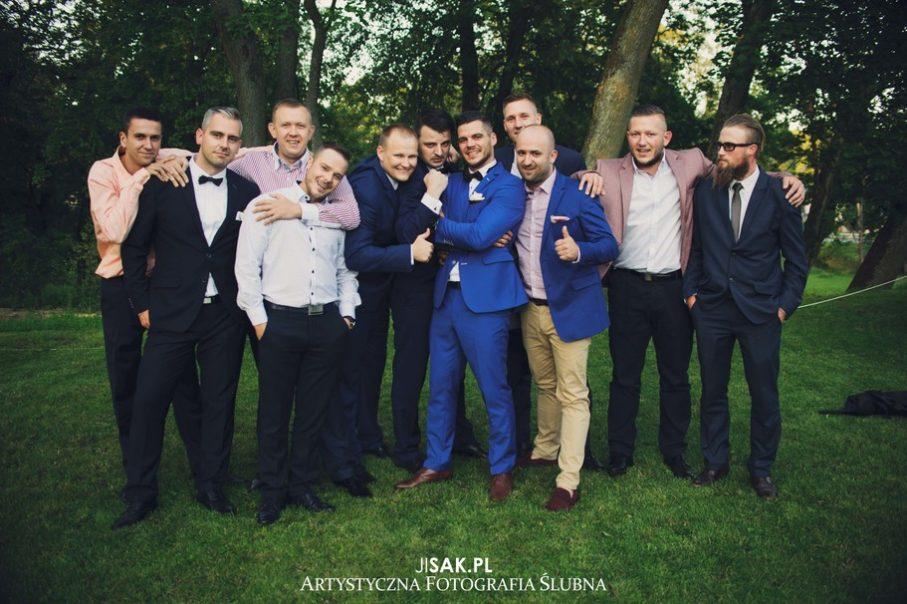 goście weselni na zewnątrz,zdjęcie przed salą weselną, zdjęcie kolegów Pana Młodego
