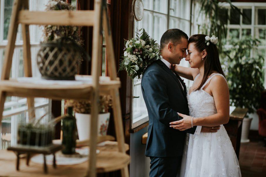 para Młoda na sali weselnej,przytulająca się Para Młoda,