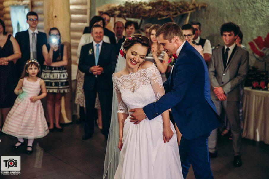 Tańcząca Para Młoda na weselu,pierwszy taniec Pary Młodej,wesele w stylu boho, Panna Młoda w sukience z koronkami