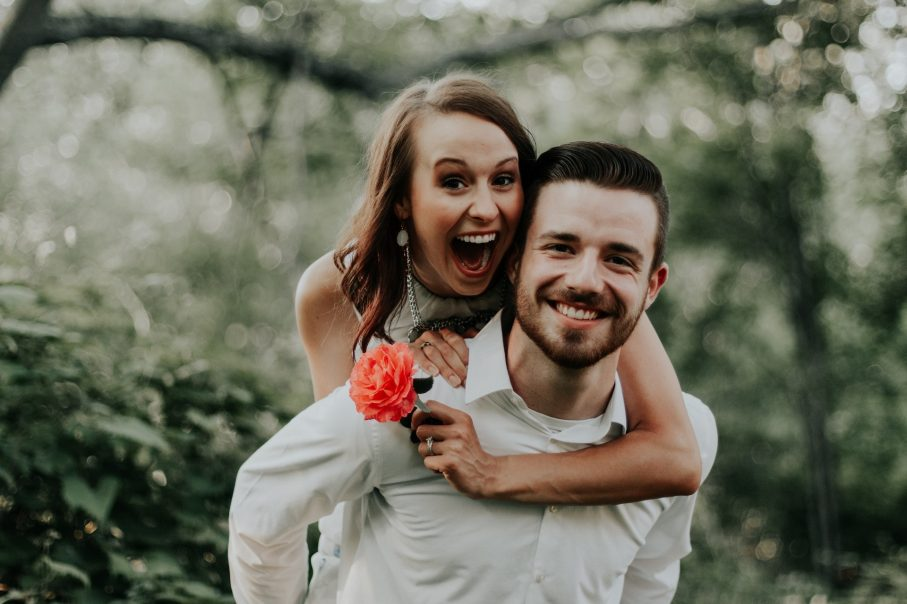 kwiaty na rocznicę ślubu, uśmiechnięta para, czwarta rocznica ślubu, kwiatowa rocznica,