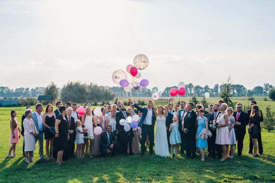 Para Młoda puszczająca balony, zdjęcie z gośćmi weselnymi, ostatnie zdjęcie na weselu Pary Młodej