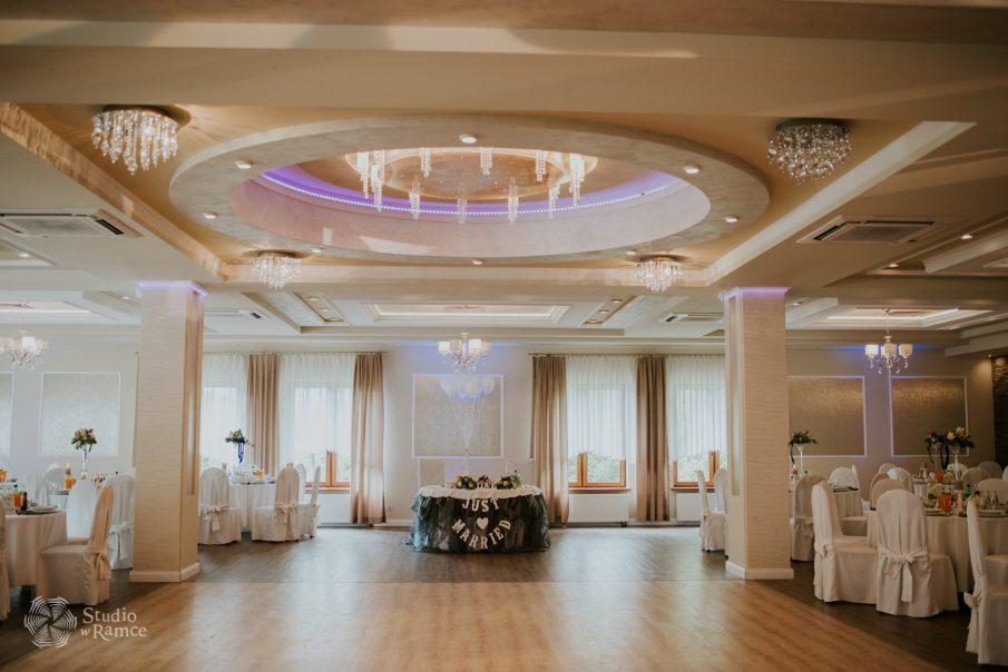 stół Młodej Pary, dekoracje stołów na sali weselnej, rozstawienie stołów na sali weselnej,dekoracje stołu Państwa Młodych, nowoczesna sala weselna