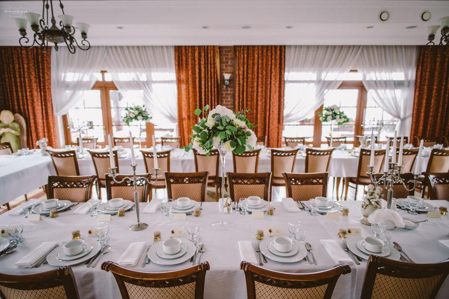 ustawienie stołów na sali weselnej, dekoracje stołów na sali weselnej, kwiaty na stołach na weselu, sala weselna w stylu klasycznym