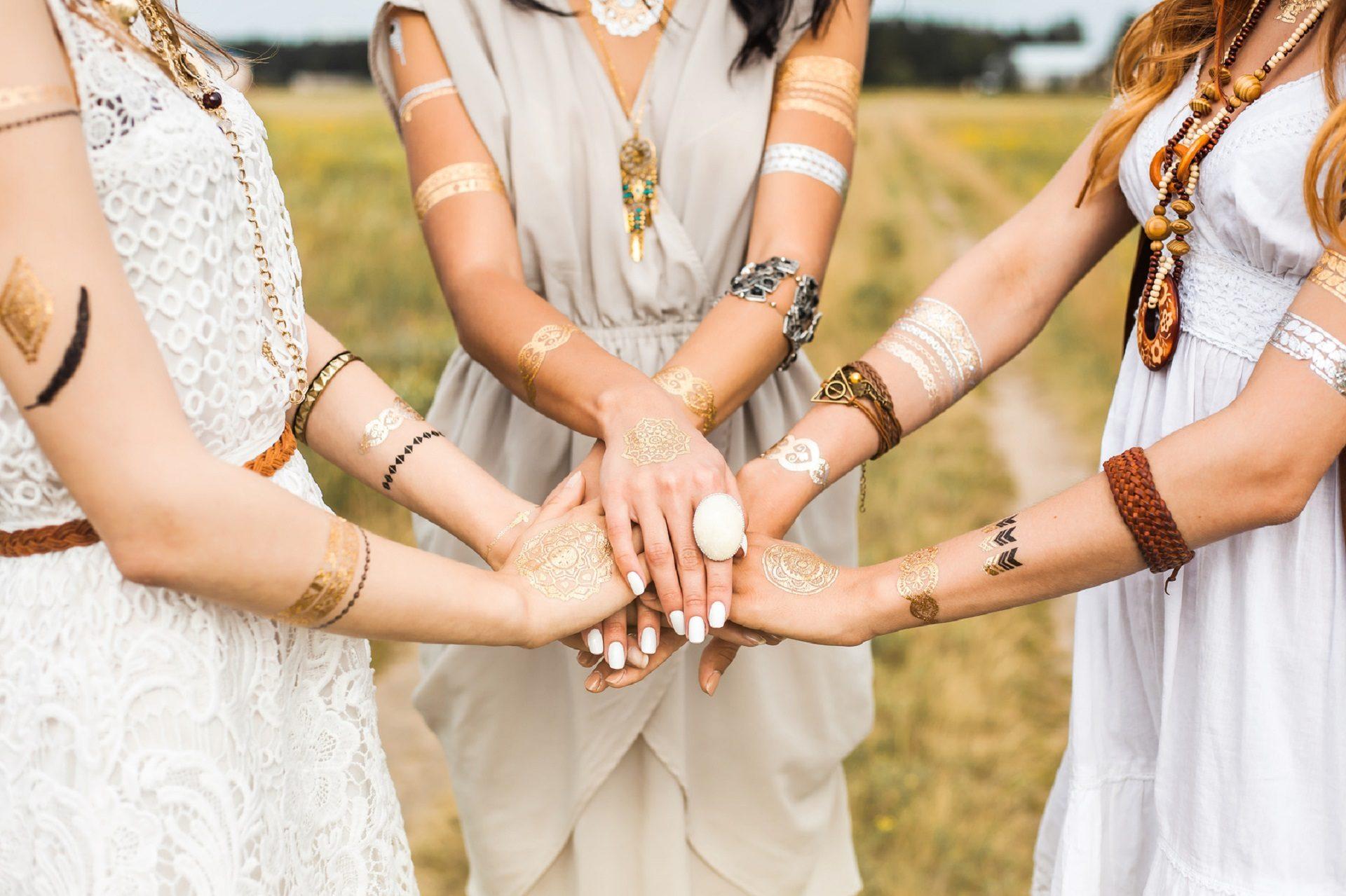Tatuaże na rękach kobiet , kobiety trzymające się za ręce
