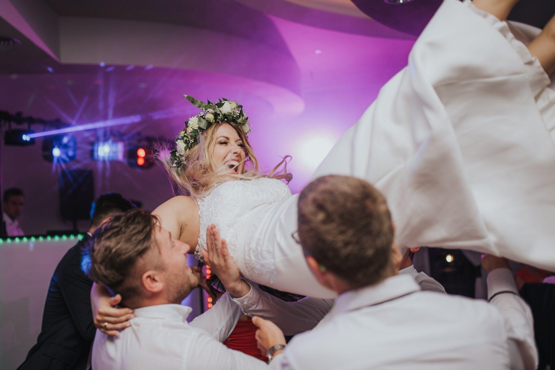 Panna Młoda na weselu, podrzucana na weselu Panna Młoda