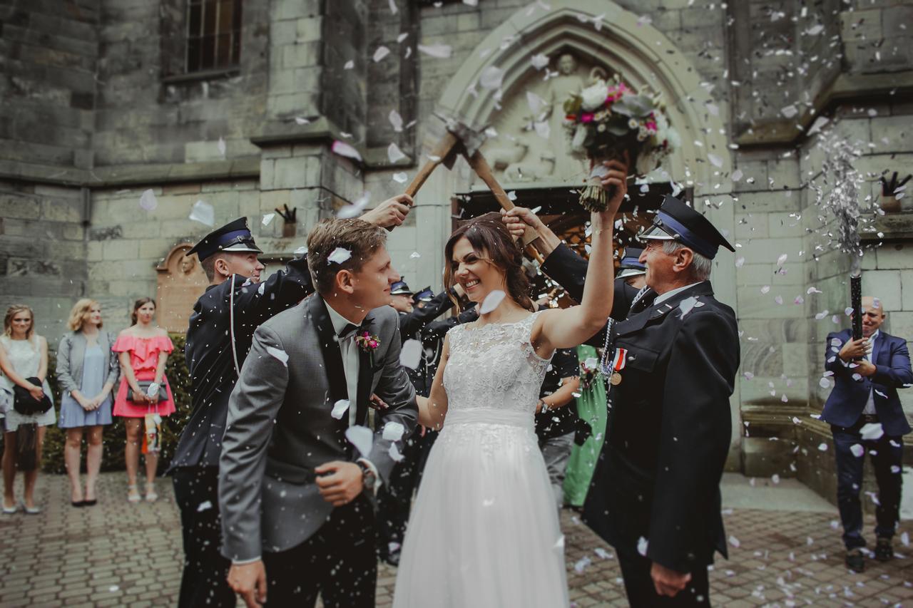 Para Młoda wychodząca z kościoła, Para Młoda -konfetti, Para Młoda przed kościołem, ślub mundurowego