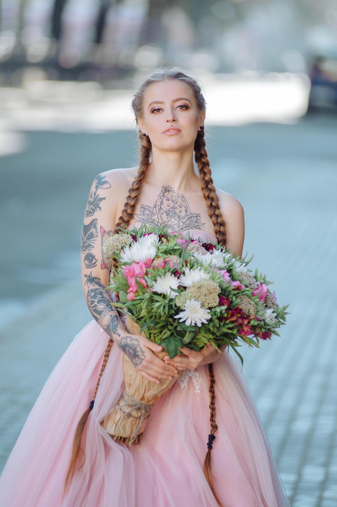 Panna Młoda z bardzo dużym bukietem, Panna Młoda z tatuażami, Panna Młoda z długimi włosami, Panna Młoda z warkoczami