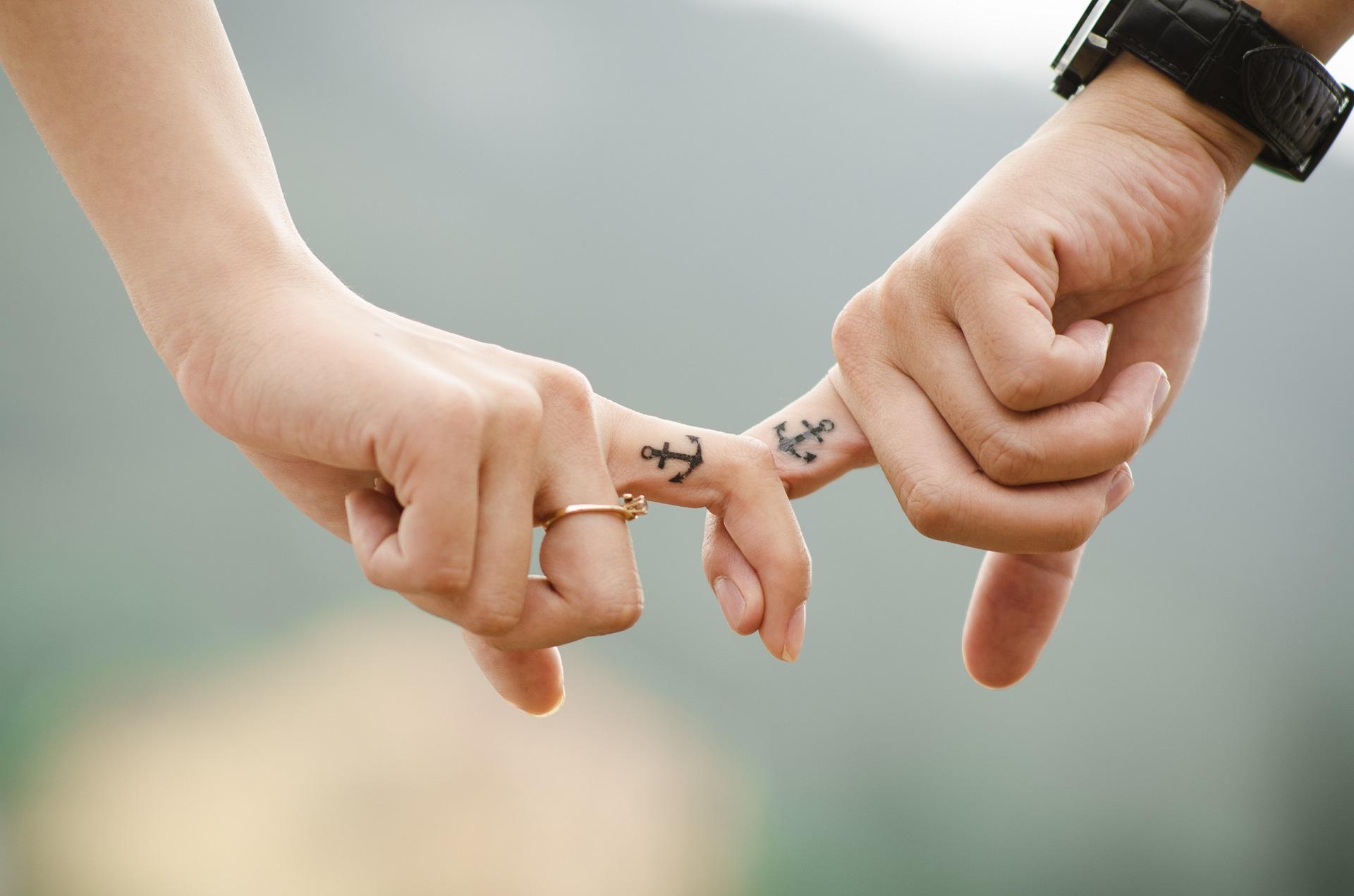 dłonie, tatuaż na palcu , tatuaż kotwica na palcu