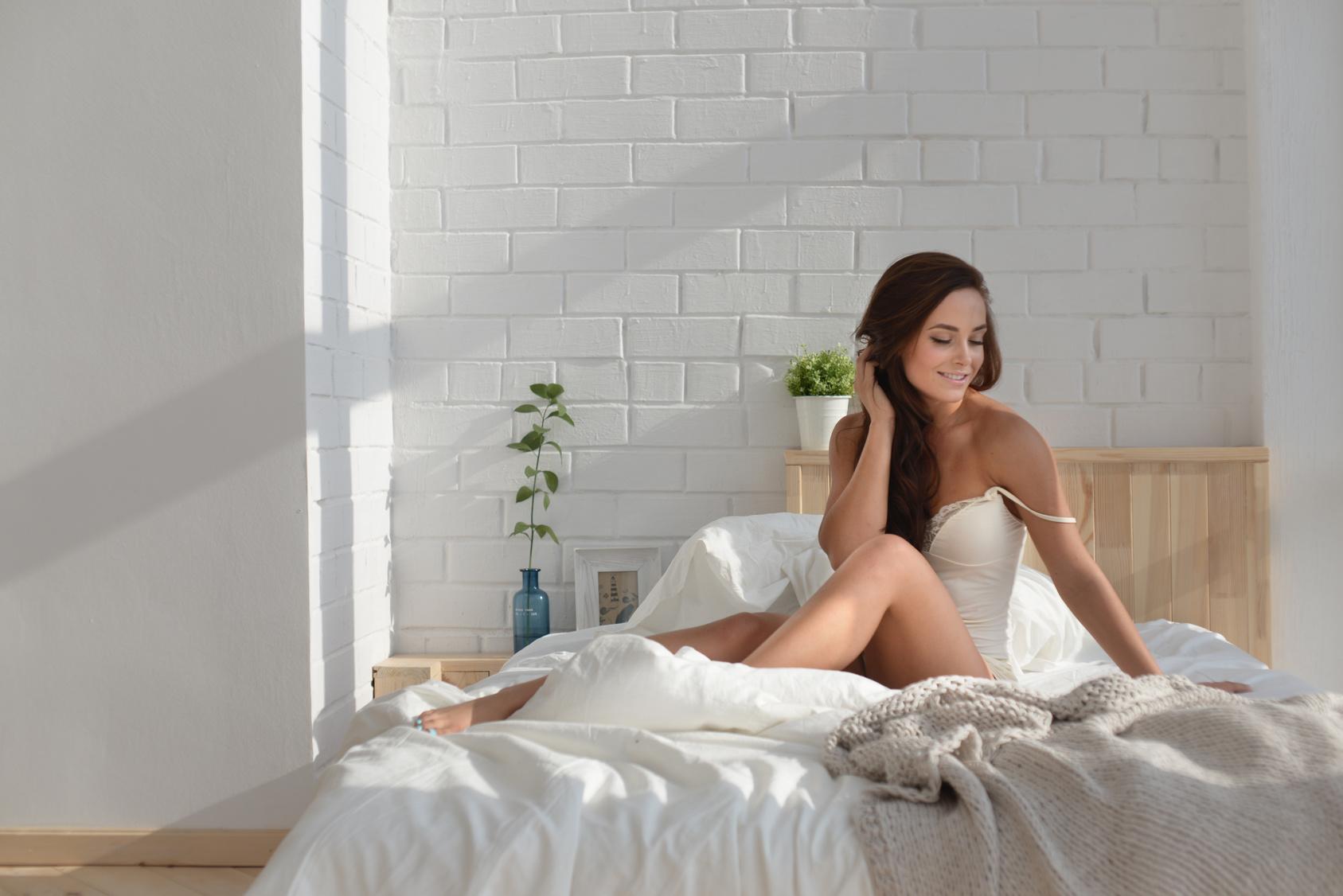 Panna Młoda w bieliźnie w łóżku, noc przedślubna