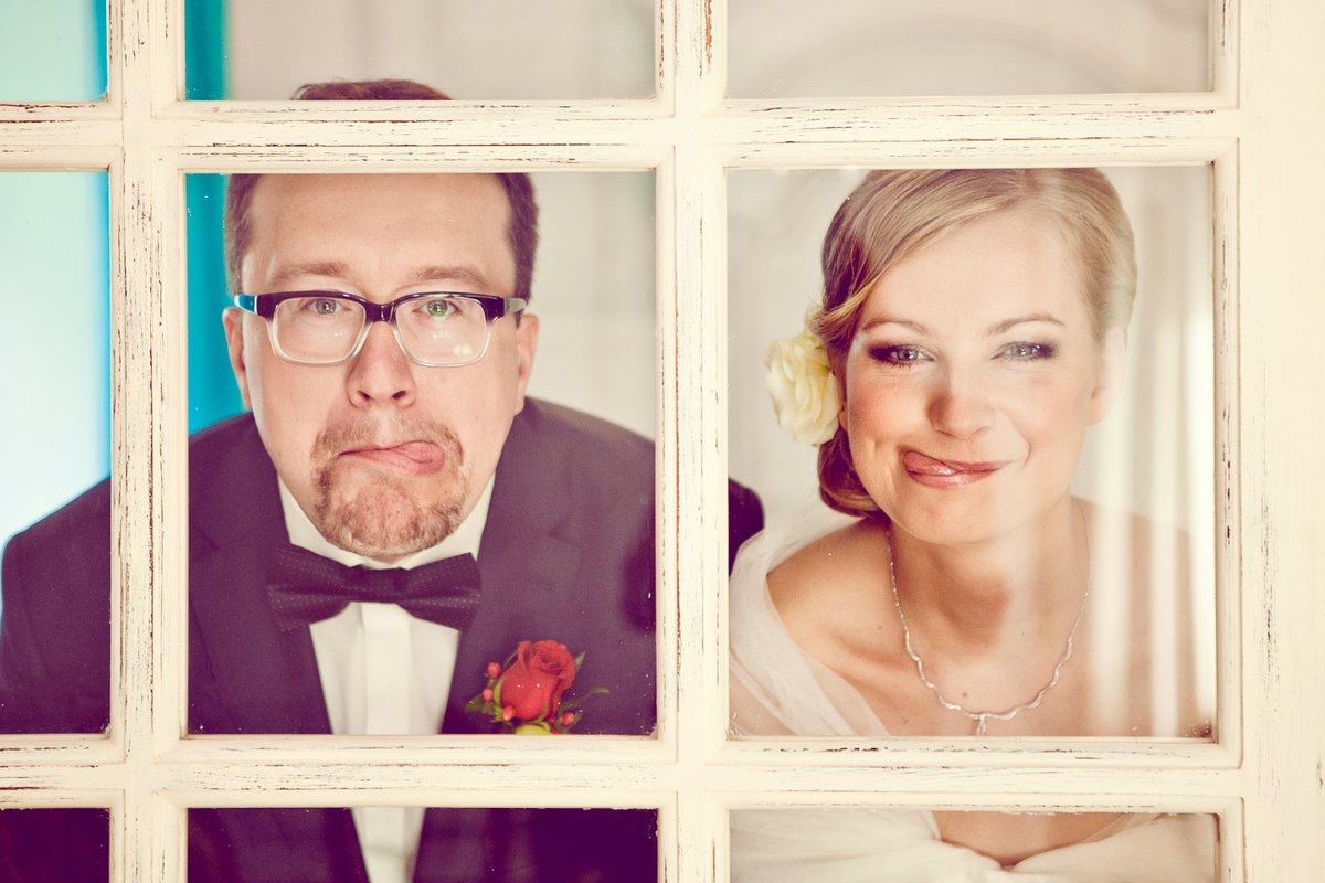 Para Młoda pokazująca język, Para Młoda za oknem