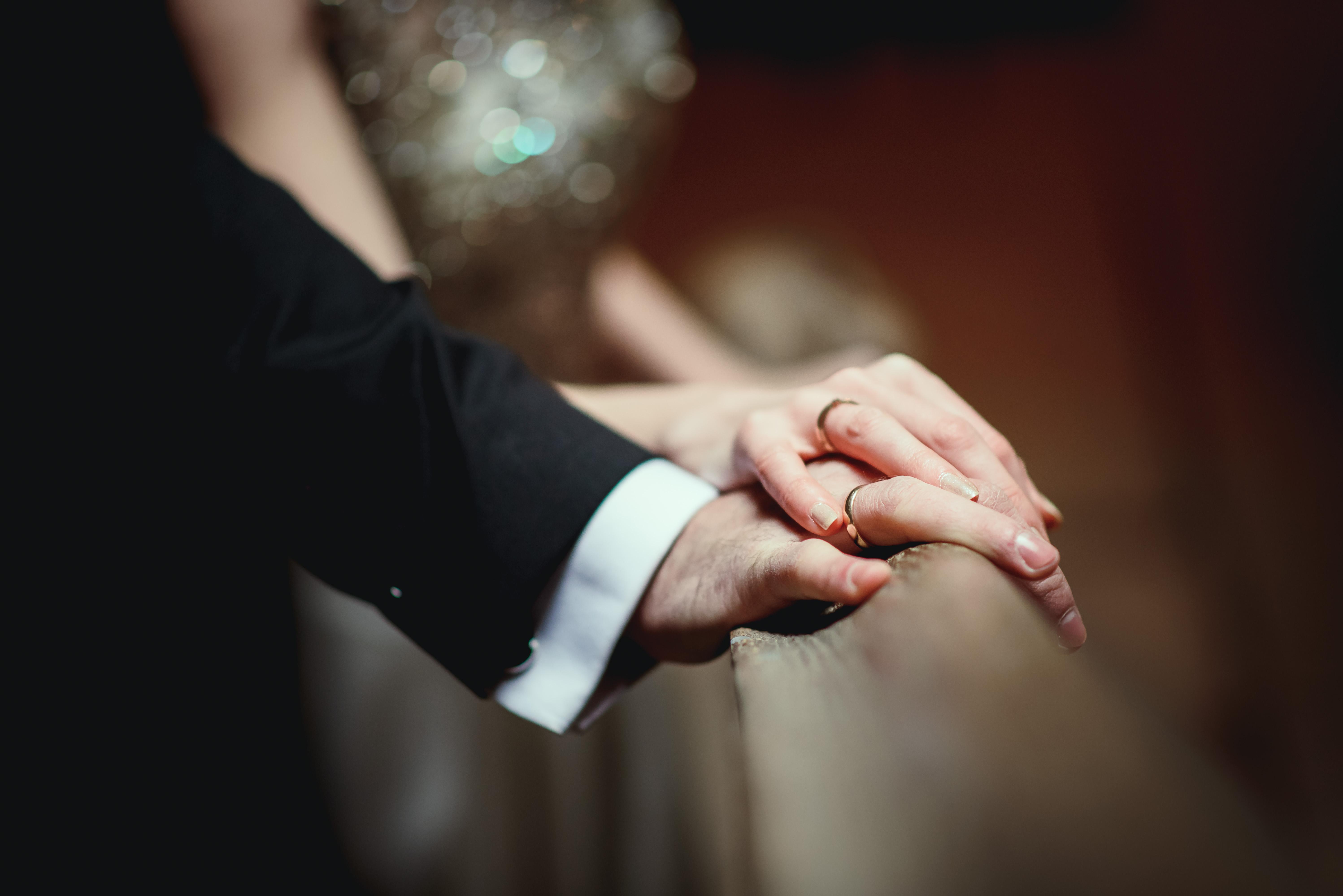 zdjęcie dłoni z obrączkami, zdjęcie dłoni w kościele