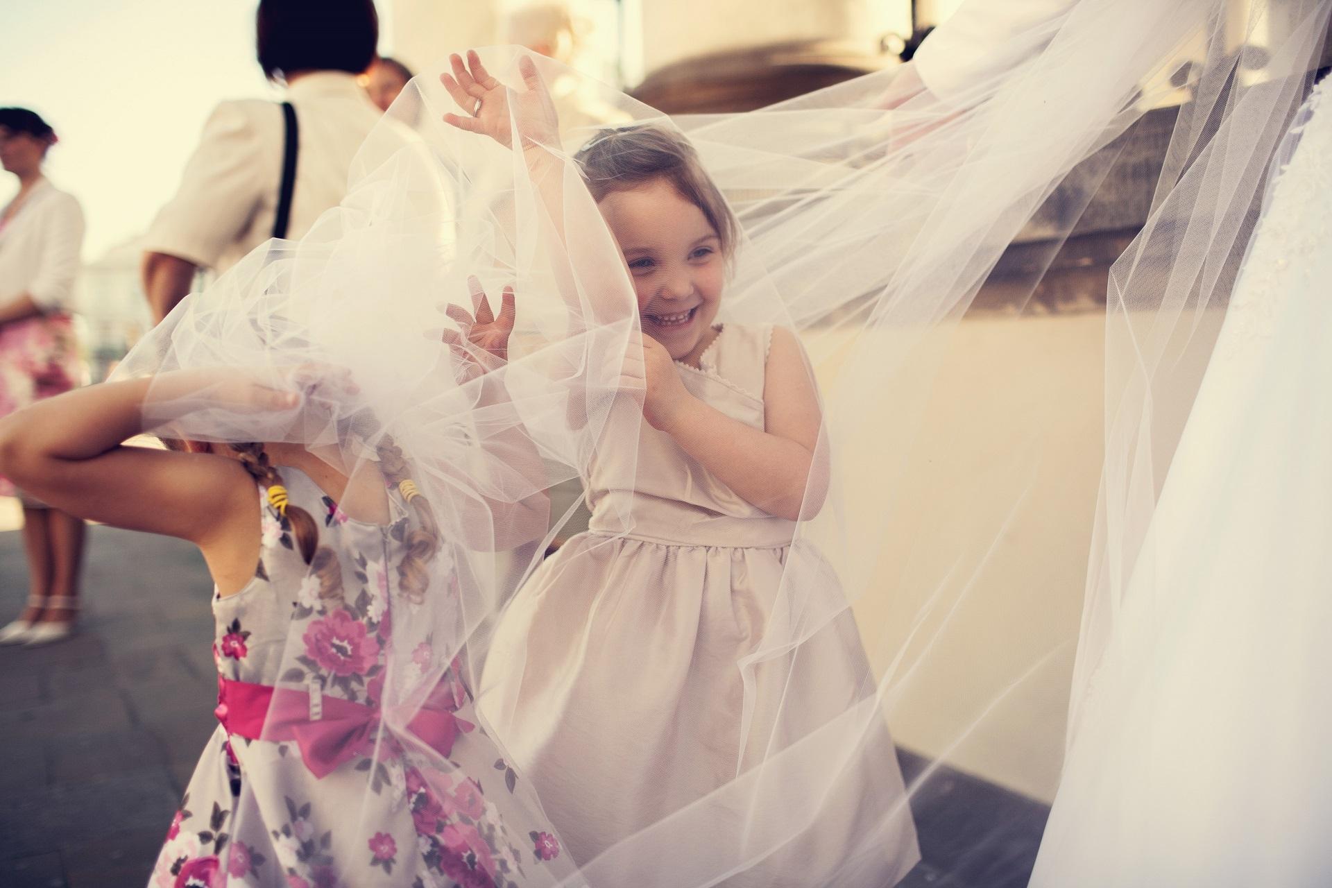 dzieci na weselu, dzieci bawiące się welonem podczas wesela