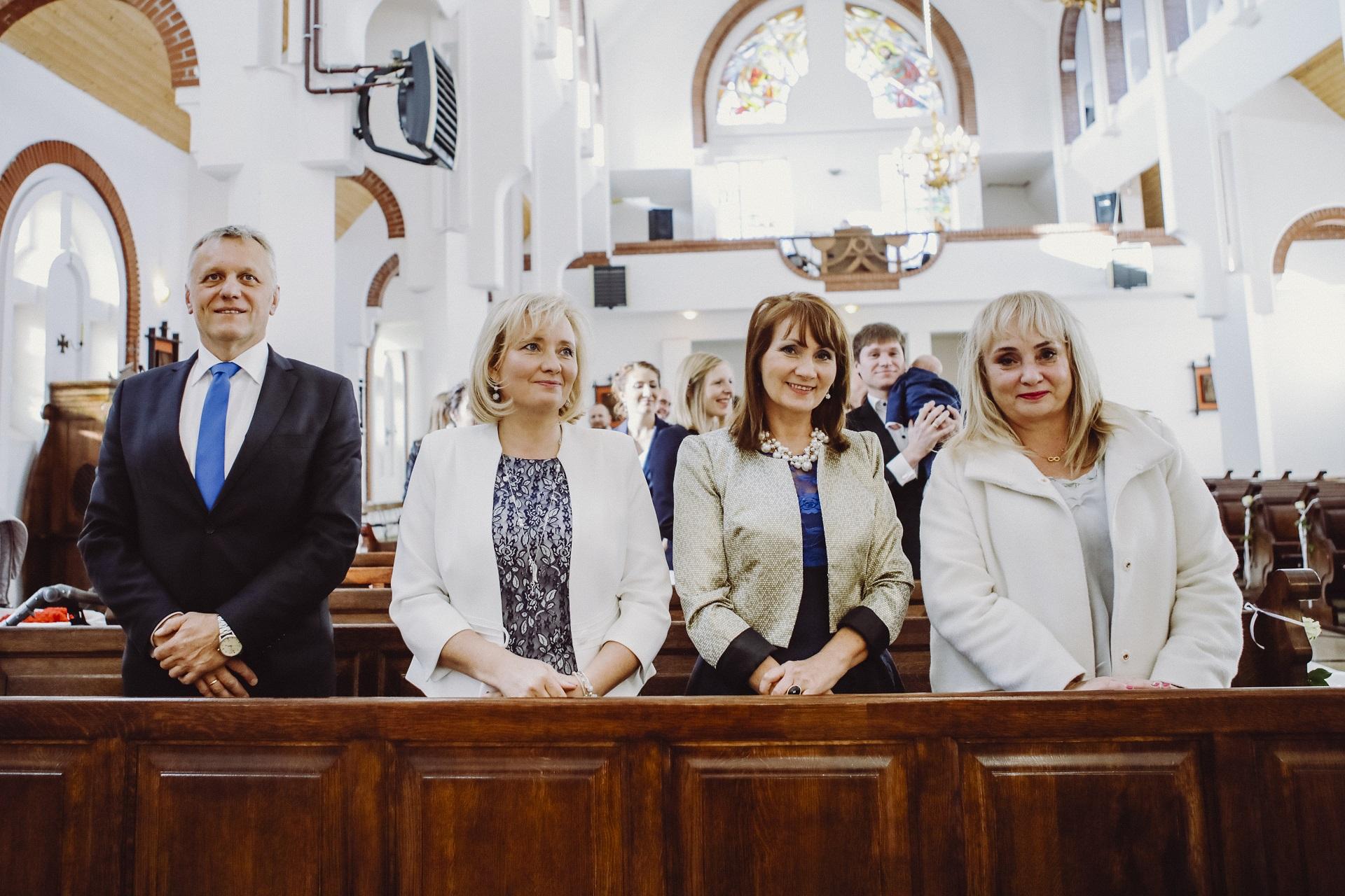 Goście weselni w kościele podczas ślubu