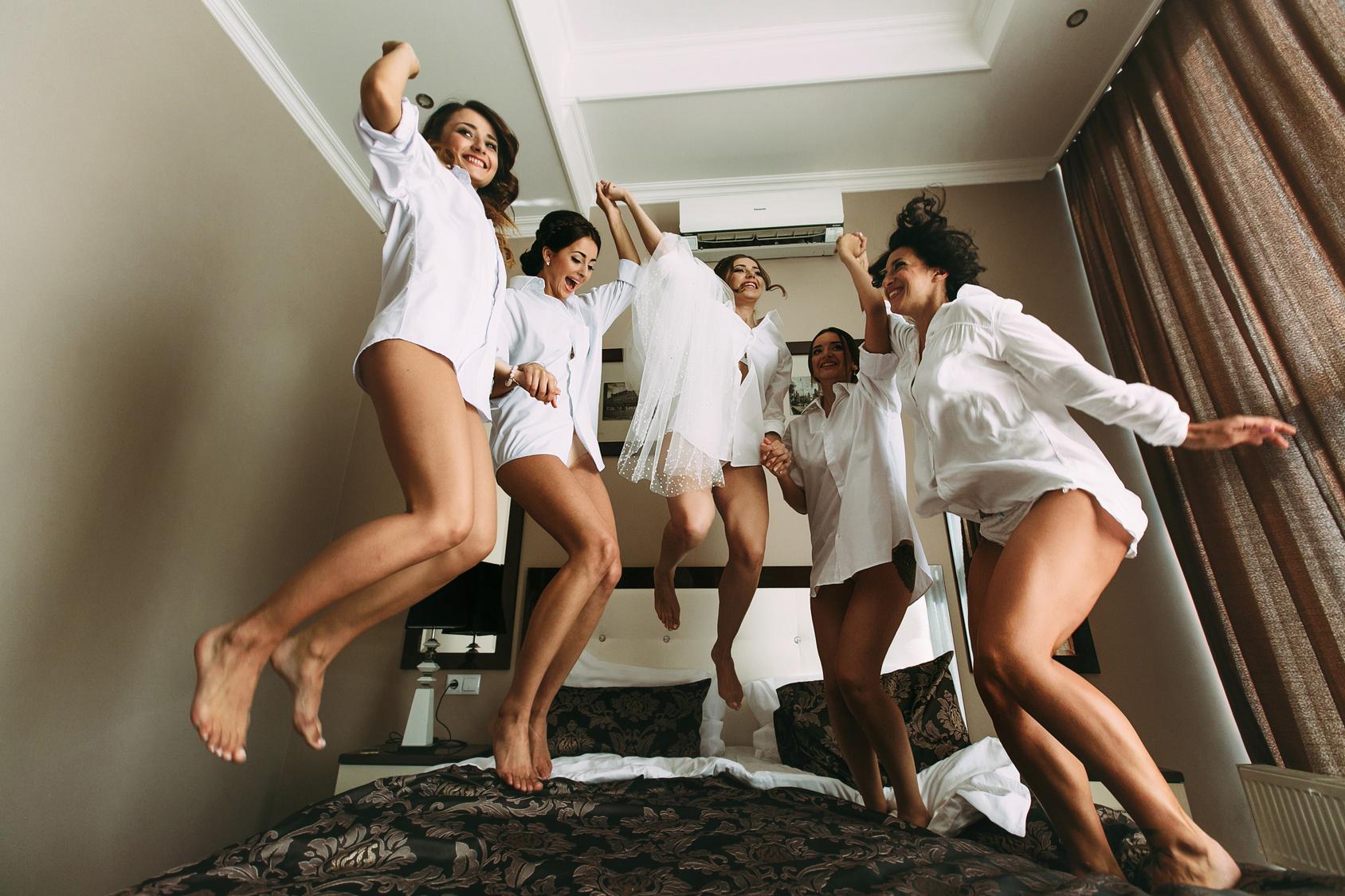 druhny skaczące po łóżku przed ślubem