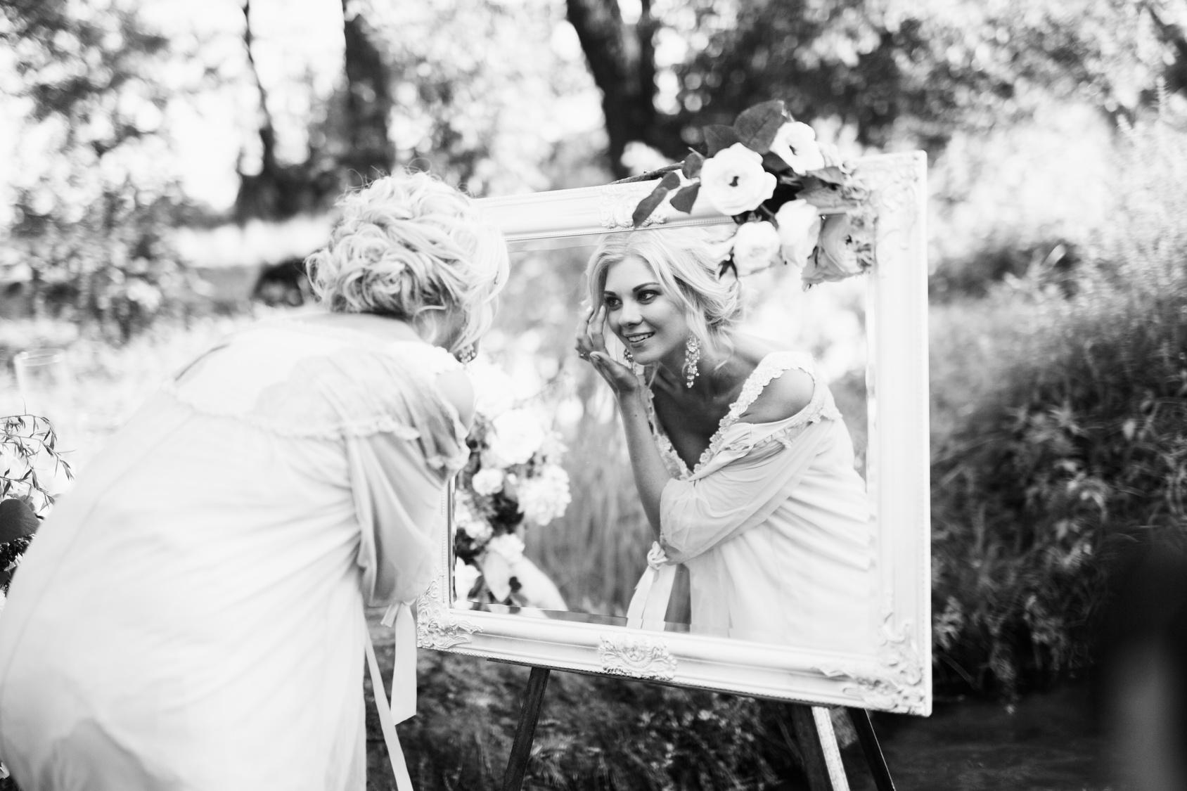 Panna Młoda przeglądająca w lustrze