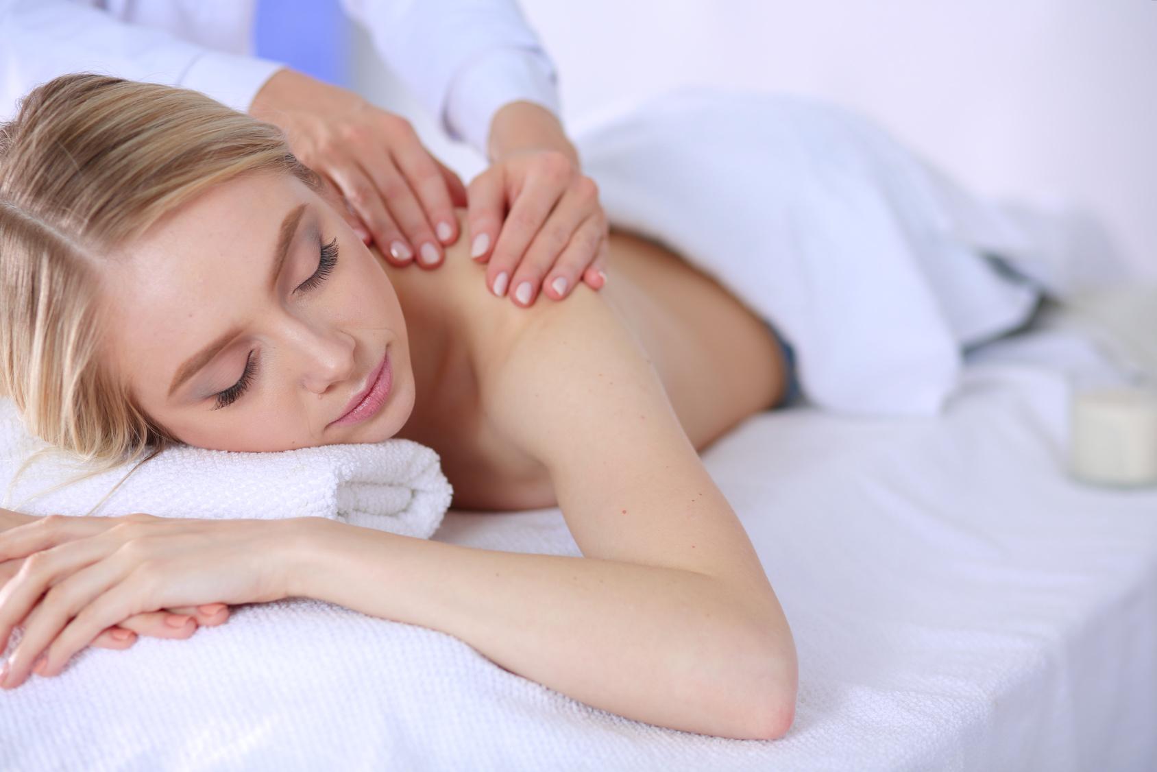 kobieta podczas relaksującego masażu przed ślubem