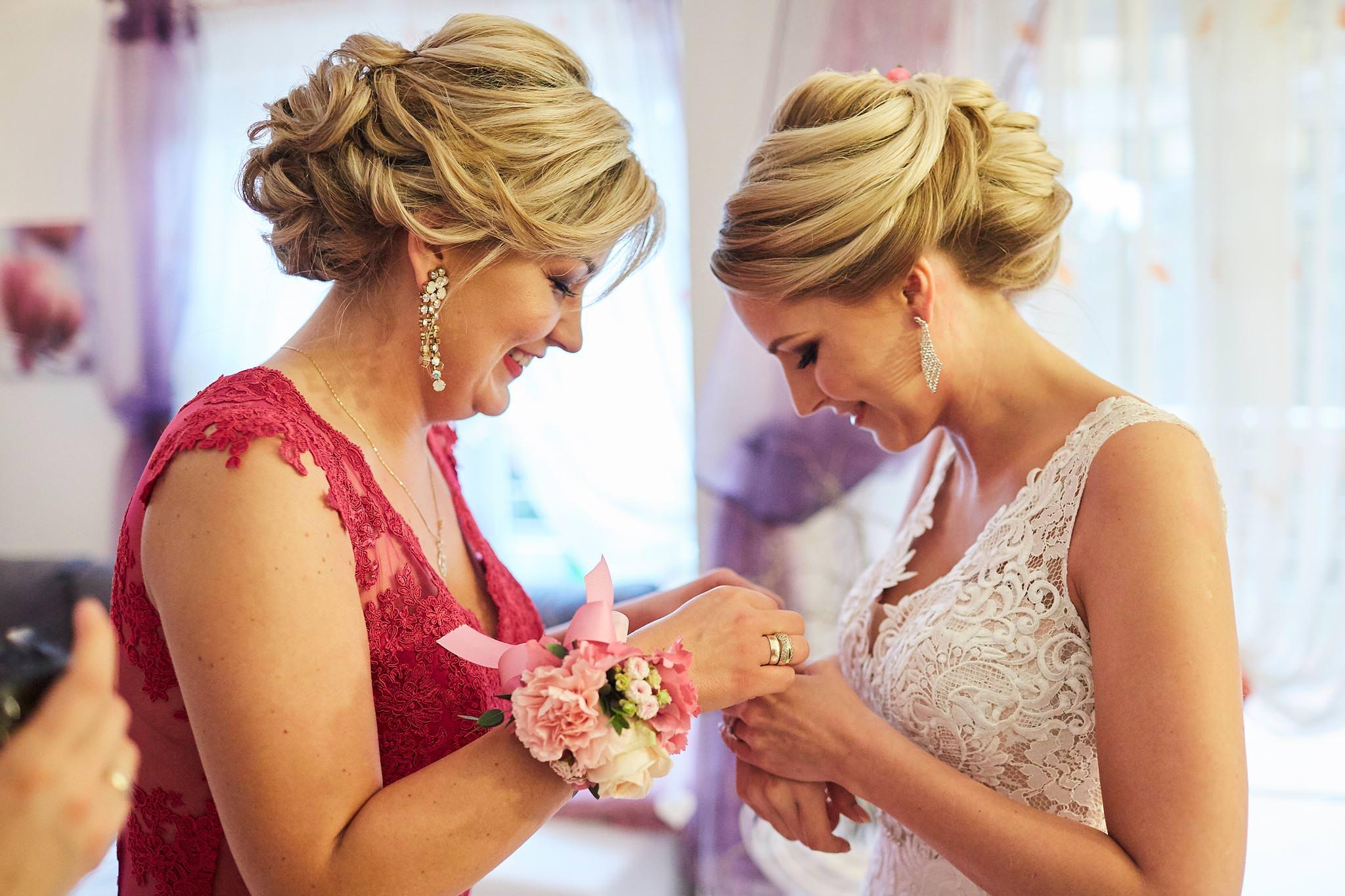Panna Młoda z mamą w domu, Mama zapinająca Pannie Młodej bransoletkę