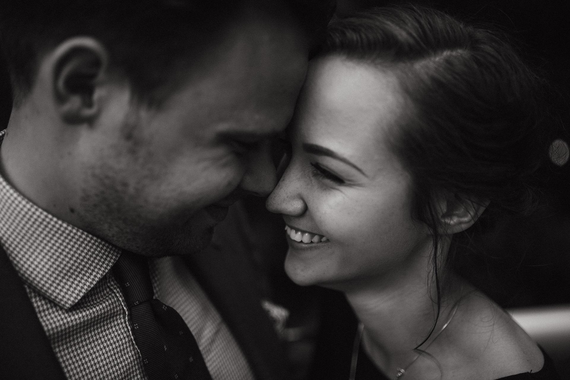uśmiechnięta para patrząca sobie w oczy