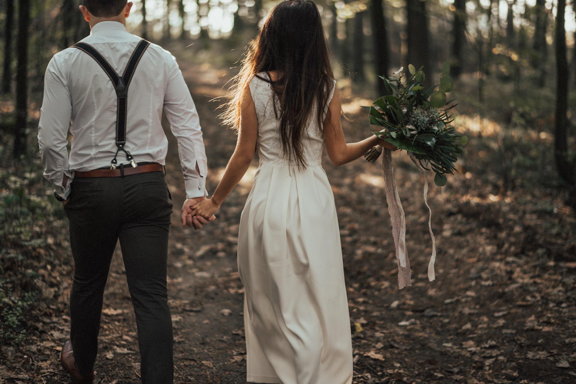 Para Młoda spacerująca po lesie