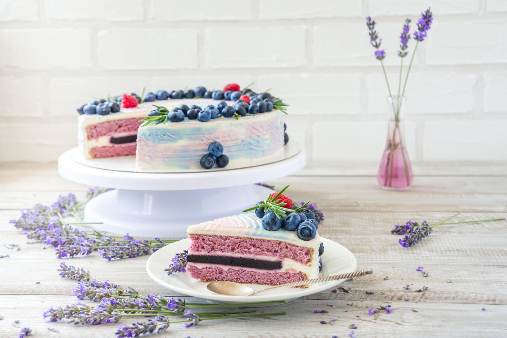 lawendowy tort ślubny