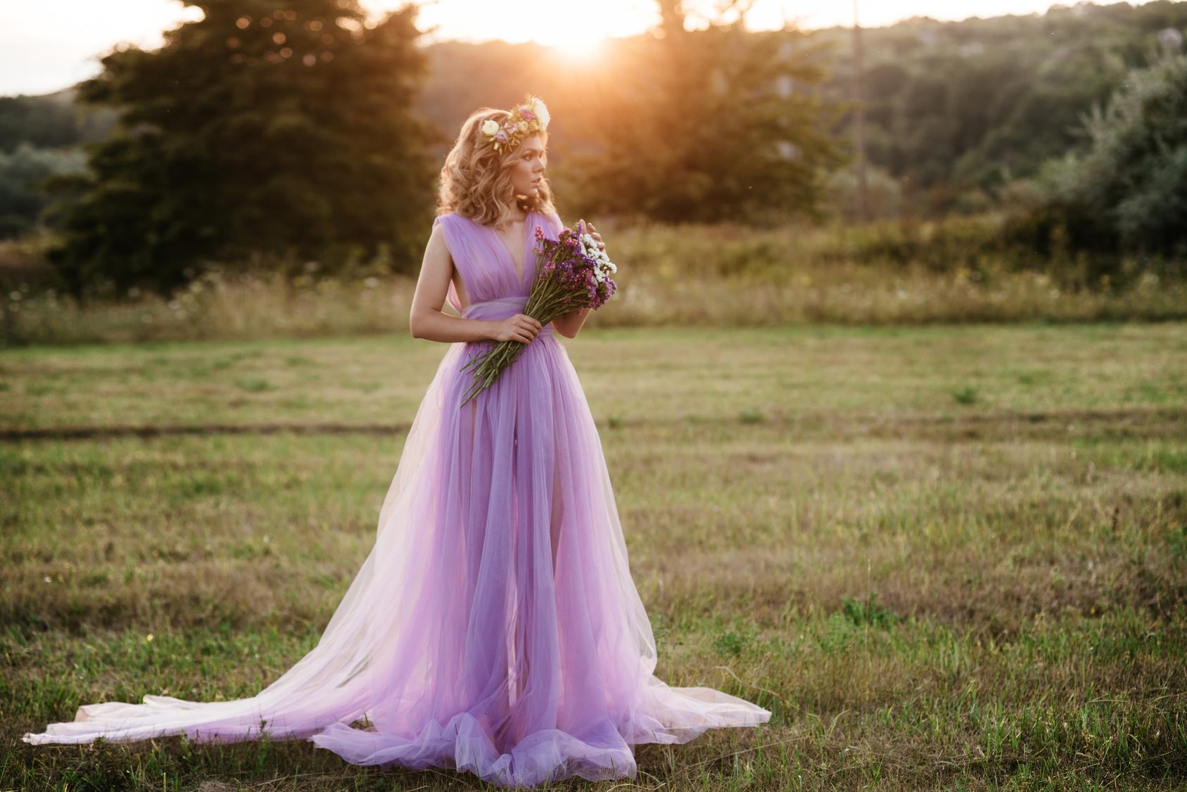 Panna Młoda w lawendowej sukience na łace, Panna Młoda w lawendowej sukience z bukietem