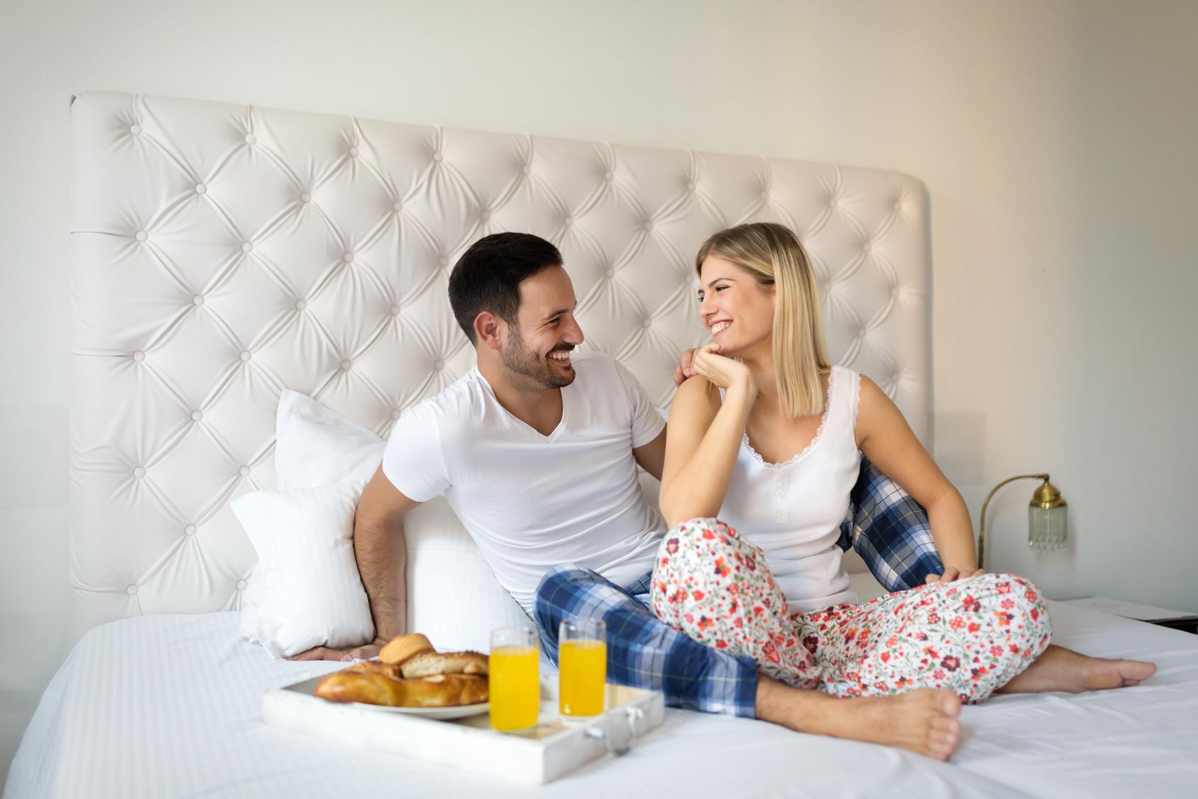 Młode małżeństwo na łóżku, młode małżeństwo podczas śniadania