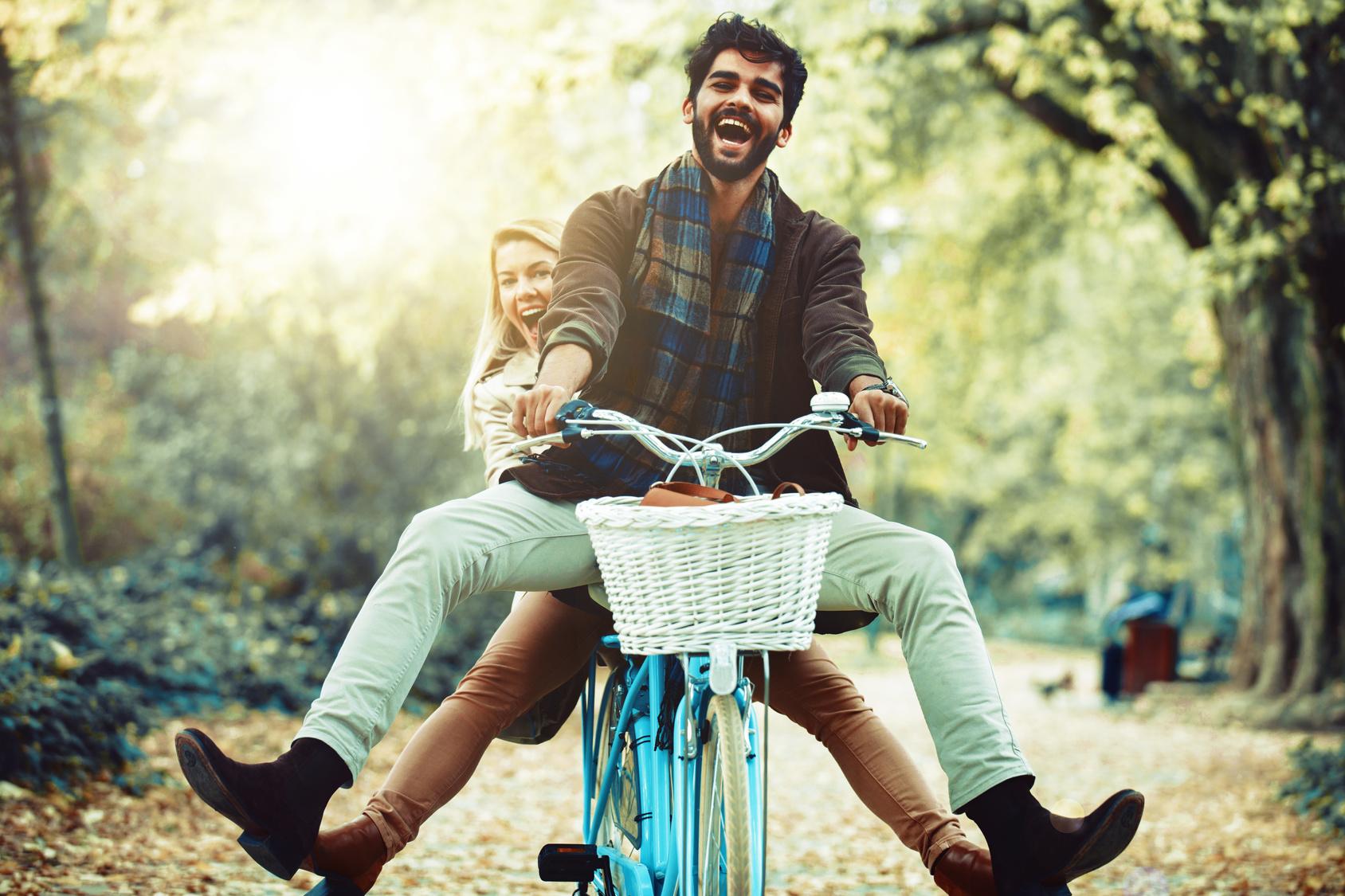 szczęśliwa para na rowerze, zakochana para na rowerze