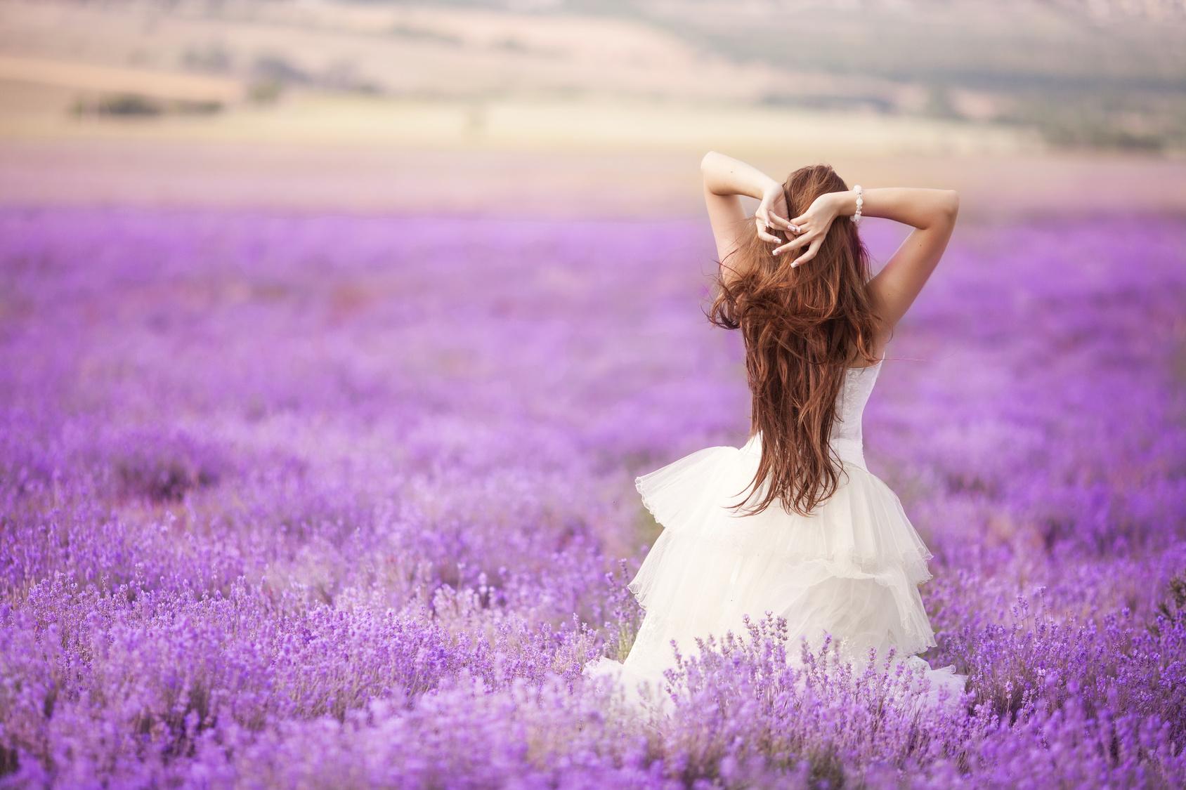 panna Młoda na lawendowym polu