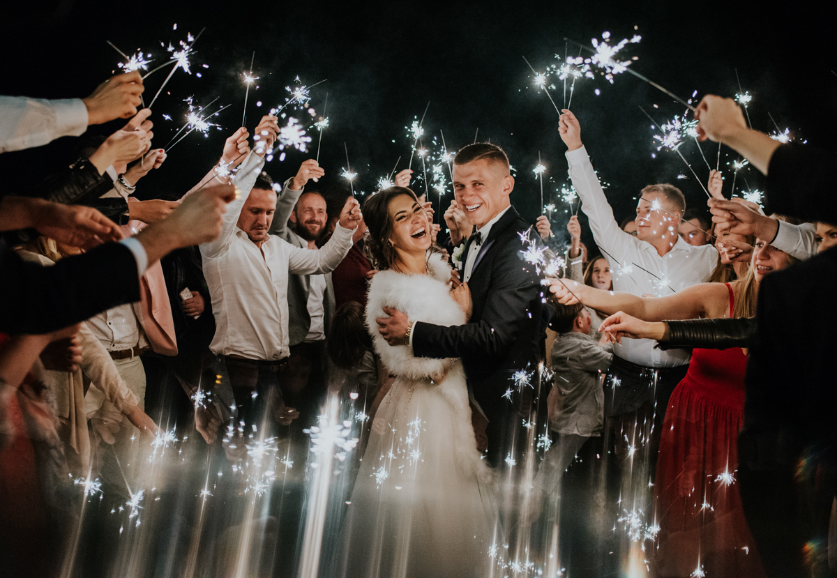 Para Młoda podczas wesele, zimne ognie na weselu , zdjęcie Pary Młodej z gośćmi