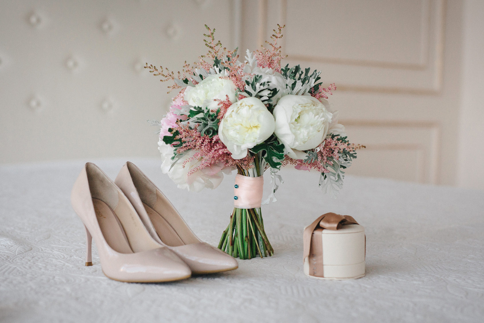 bukiet ślubny z białych peonii, buty ślubny na wysokim obcasie, pudełko an obrączki