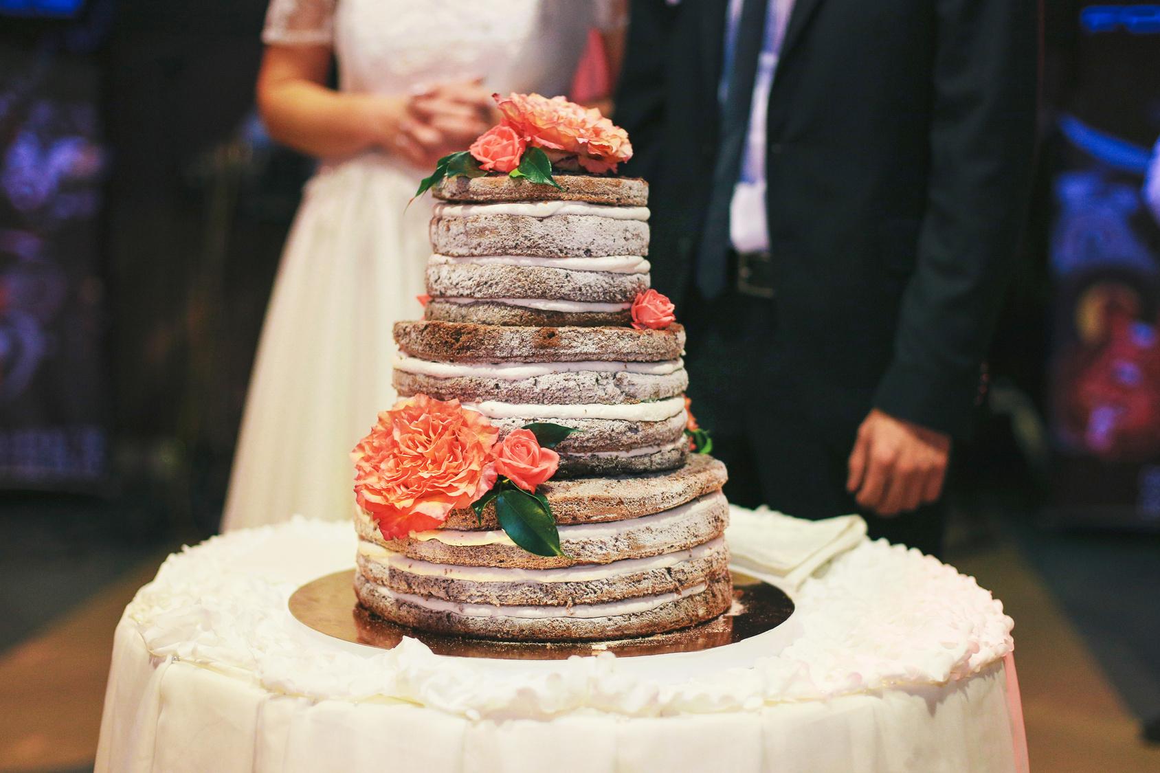 Para Młoda krojąca tort, tort weselny