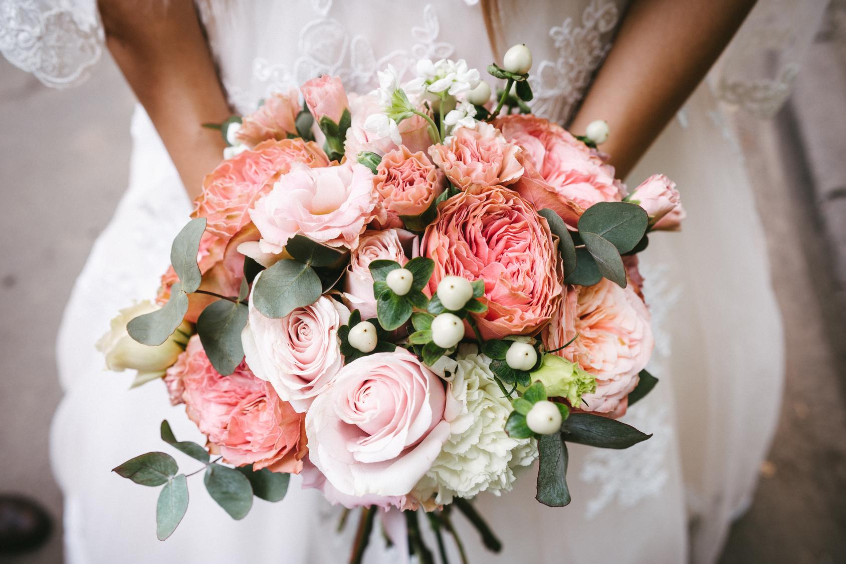 Bukiet ślubny z pastelowych peonii, Panna młoda z bukietem ślubnym