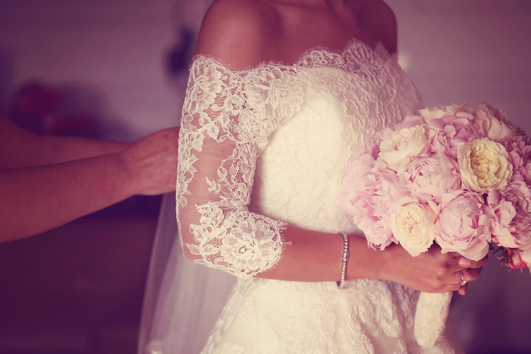 Panna Młoda podczas przygotowań z bukietem kwiatów, Panna Młda trzymająca bukiet z białych peonii, Panna Młoda w koronkowej sukience z bukietem w ręku