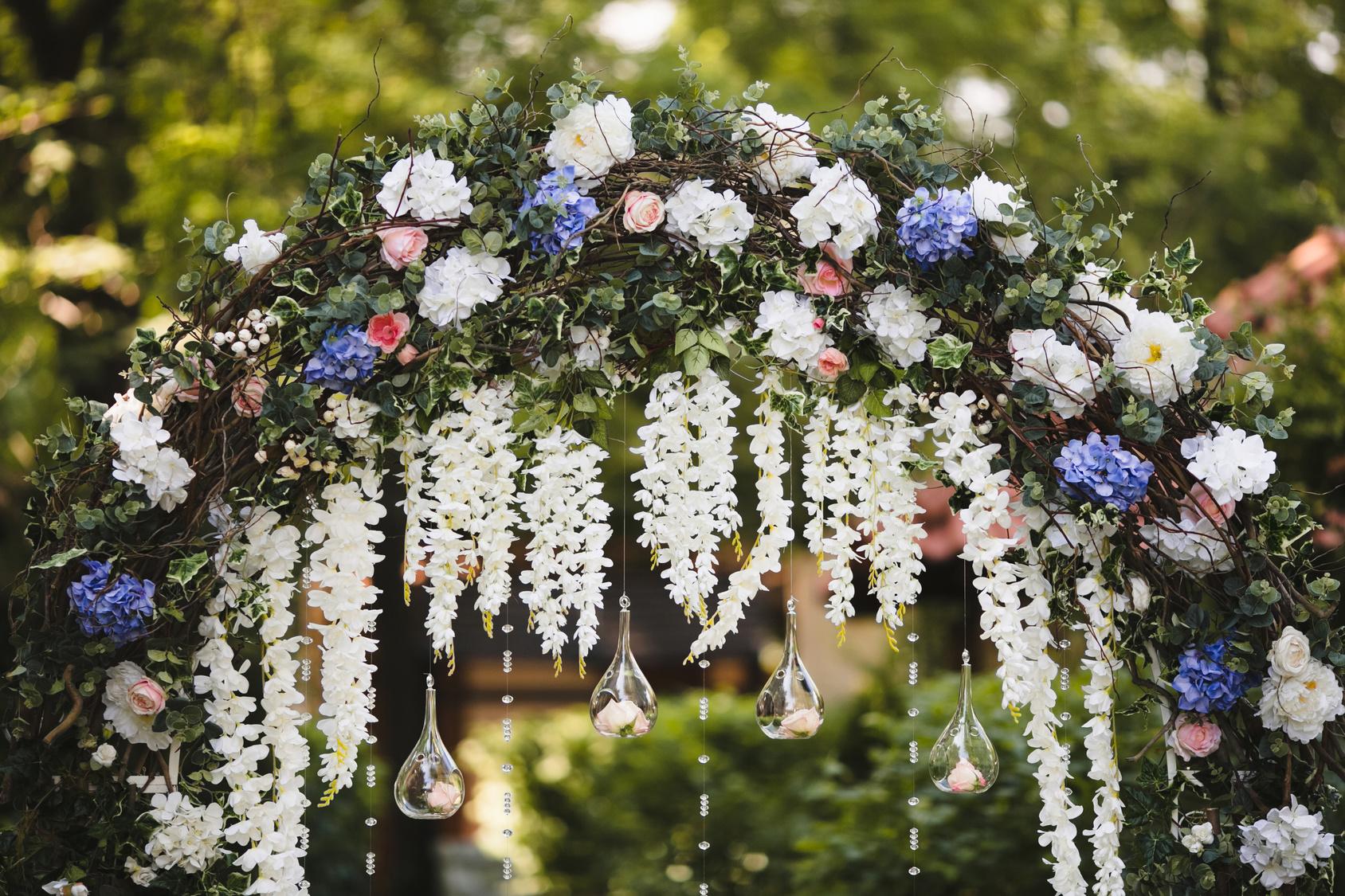 wiszące kwiaty na weselu