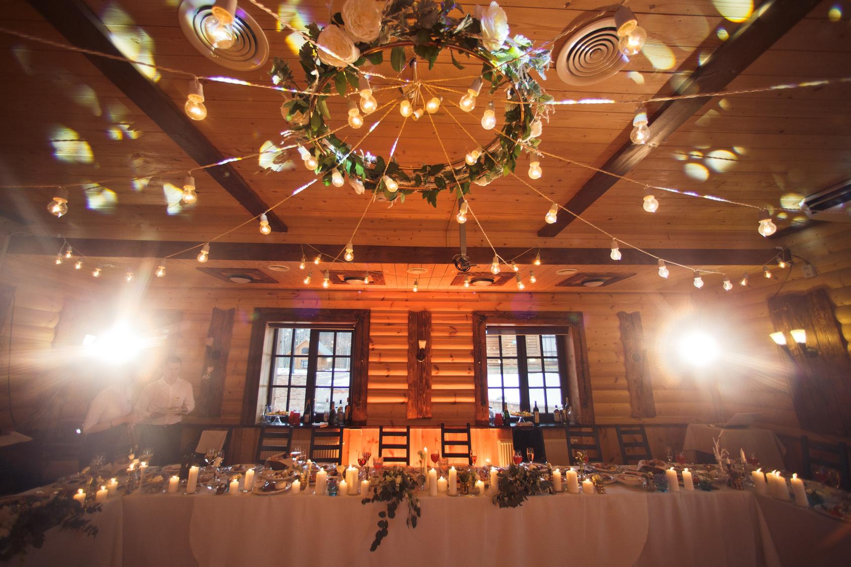 podwieszane wieńce na sali weselnej