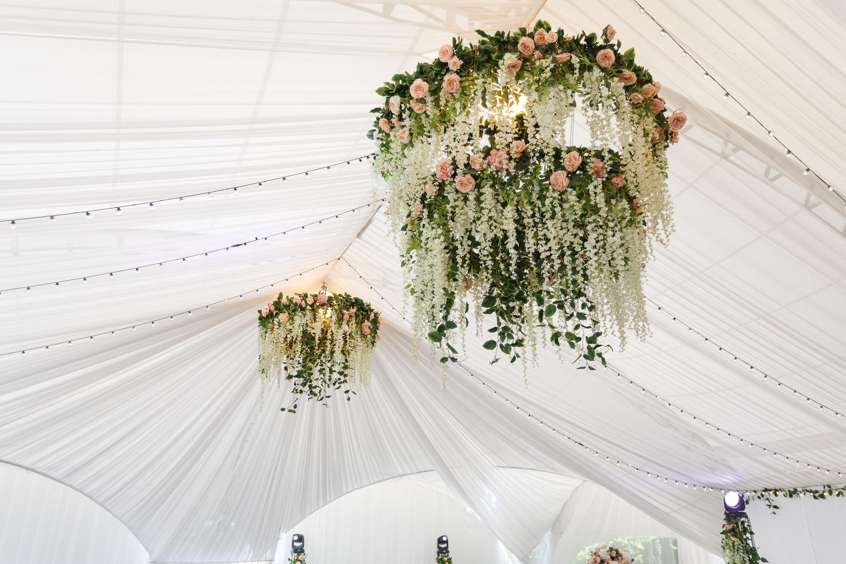 żyrandole z kwiatów na weselu