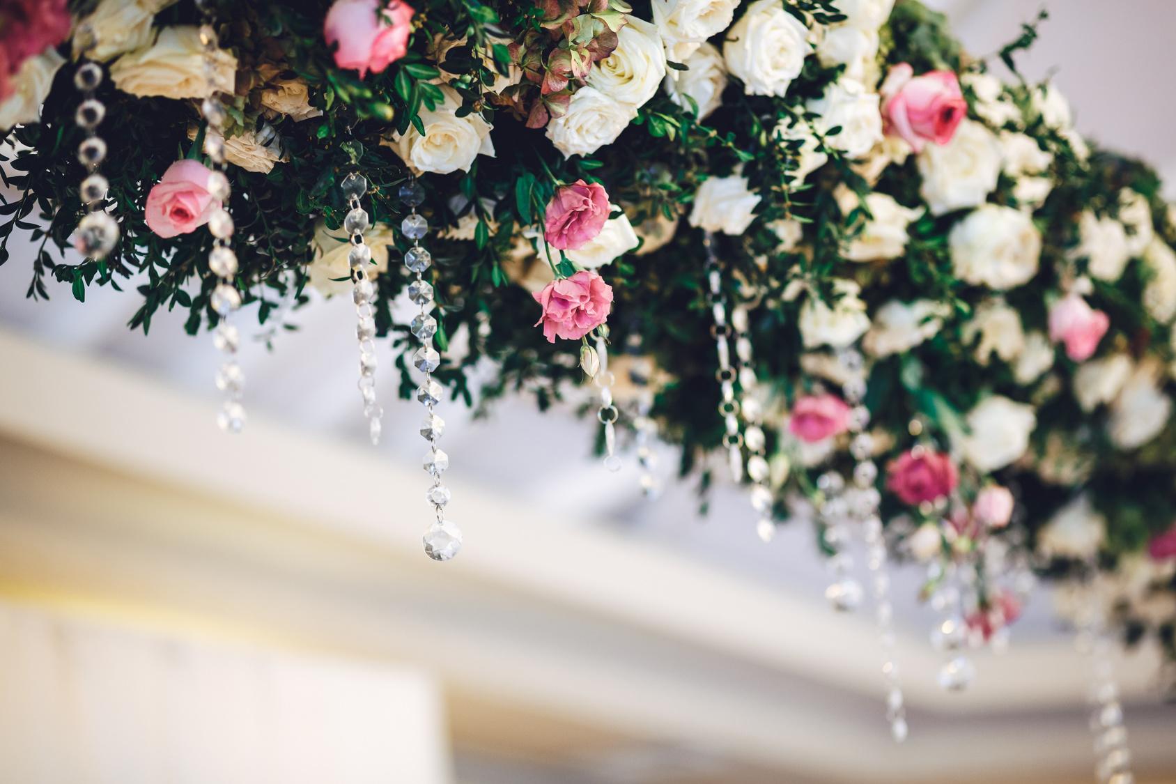 podwieszane girlandy kwiatowe ozdobione kryształkami na weselu